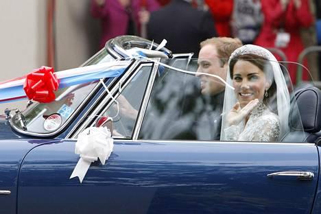 Prinssi Willian ajoi tuoreen vaimonsa Catherinen kanssa Aston Martinilla.
