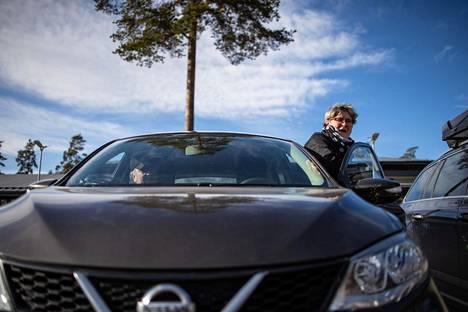 Mäntyharjulainen Mervi Björninen käytti miestään Asko Björnistä Mäntyharjun terveyskeskuksessa. Hänen mielestään ihmisten pitäisi nyt välttää liikkumista ja pysyä kotipaikkakunnallaan.