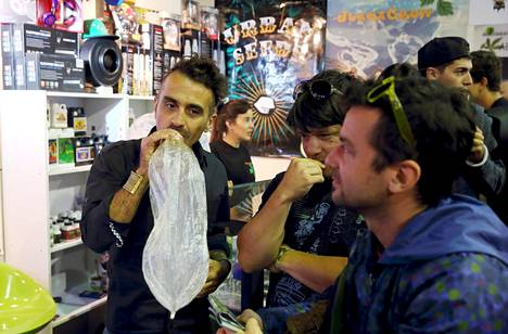 Ihmiset polttivat kannabista höyrystimien avulla Uruguayn pääkaupungissa Montevideossa vuonna 2015.