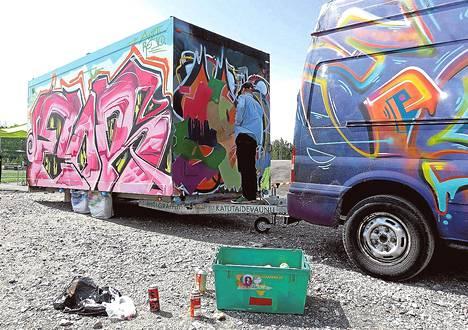 Vuosaaressa sai maalata torstaina katutaidevaunuksi kutsuttuun peräkärryyn, joka käy muissakin tapahtumissa.