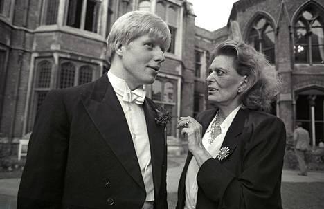 Kreikan kulttuuriministeri Melina Mercouri vieraili Oxfordin yliopistossa vuonna 1986, kun Boris Johnson johti The Oxford Union -väittelykerhoa. Mercouri halusi Britannian palauttavan Kreikasta viedyt Elginin marmorit. Johnson esitti 2000-luvun alussa, että Britannia voisi lähettää Kreikkaan marmorien kopiot, jotta kiista päättyisi.