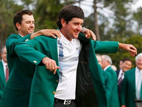 Vuoden 2013 Masters-voittaja Adam Scott auttoi Bubba Watsonin ylle mestarin merkin – vihreän takin.