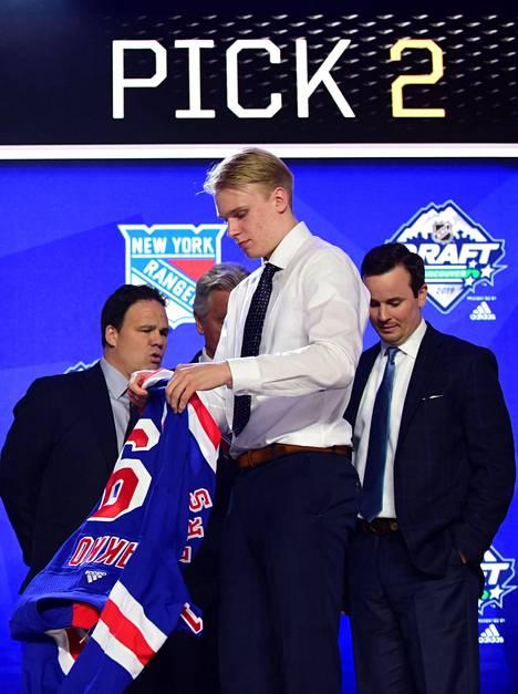 Kaapo Kakko pääsi vetämään New York Rangersin paidan ylleen tultuaan varatuksi toisella vuorolla.
