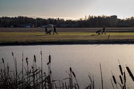 Vantaan Hiekkaharjun golfkentän lampi oli jäässä, mutta pelikuntoinen kenttä oli houkutellut paikalle runsaasti pelaajia.
