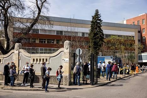 Ihmisiä rokotusjonossa sairaalan edustalla Budapestissä torstaina.