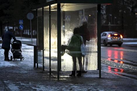 Vuosi vaihtui pääkaupunkiseudulla sateisissa tunnelmissa. Vielä 30. joulukuuta 2020 maa oli Helsingissä lähes musta.
