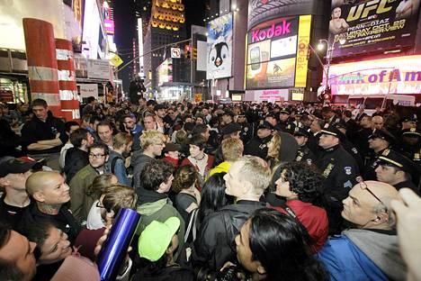 Wall Street -mielenosoittajat valtasivat Times Squaren New Yorkissa.