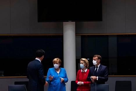 Hollannin pääministeri Mark Rutte (vasemmalla) keskusteli Saksan liittokanslerin Angela Merkelin, komission puheenjohtajan Ursula von der Leyenin ja Ranskan presidentin Emmanuel Macronin kanssa lauantaina huippukokouksen yhteydessä.