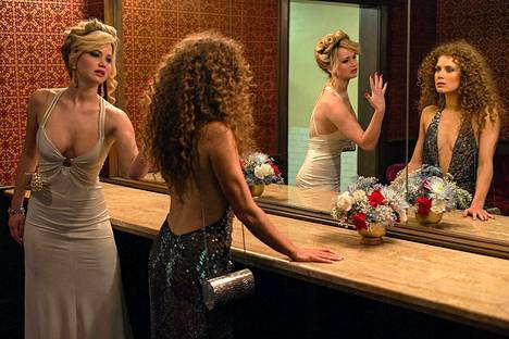 Jennifer Lawrence (vas.) ja Amy Adams näyttelevät isoja rooleja American Hustlessa.