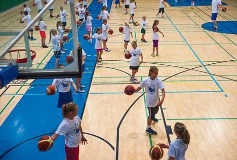 Vierumäen urheiluopistolla järjestetään kesäisin muun muassa lasten koripalloleirejä.