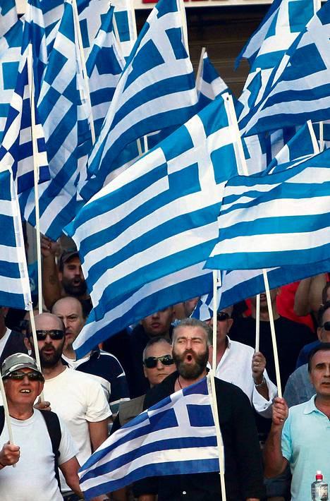 Kultaisen aamunkoiton kannattajat osoittivat mieltään poliisiaseman edustalla Ateenassa lauantaina.