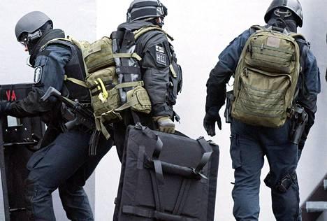Karhu-ryhmä on tullut tunnetuksi operaatioista, joissa rikollisia on otettu kiinni joskus järeinkin välinein ja ottein. Marraskuussa 2012 poliisi piiritti Vantaalla kerrostaloa, jonka yhdessä asunnossa ammuttiin laukaus.
