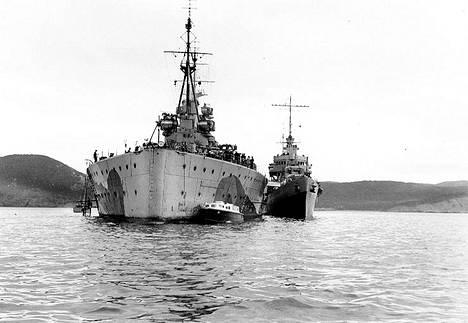 Prince of Wales ja sen vieressä pienempi yhdysvaltalainen hävittäjä   McDougal elokuussa 1941.