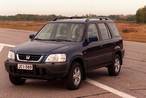 Honda CR-V -crossoverin ensimmäisen sukupolven mallia valmistettiin vuosina 1996-2001. Sitä löytyy yhä Suomessa käytettyjen autojen markkinoilta.