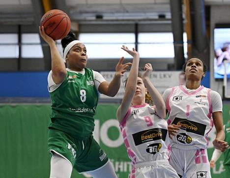 Tapiolan Hongan Cierra Dillard teki 18 pistettä, kun Honka kaatoi Espoo Basket Teamin naisten Korisliigan viidennessä ja ratkaisevassa välierässä. Kuvassa Cillard sekä EBT:n Venla Määttänen ja Hannah Little ensimmäisessä välieräottelussa.
