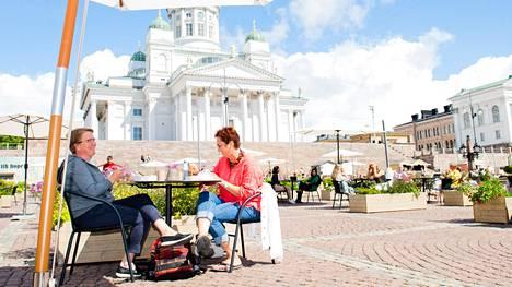 """Lilian Andergård-Stenstrand (vas.) ja Harriet Meyer tulivat lomamatkalle Loviisasta Helsinkiin ja lounastivat Senaatintorilla maanantaina. Naiset olivat paikalla ensimmäistä kertaa.""""Täällä on mukavan väljää ja paikka on kivasti laitettu"""", he arvioivat."""