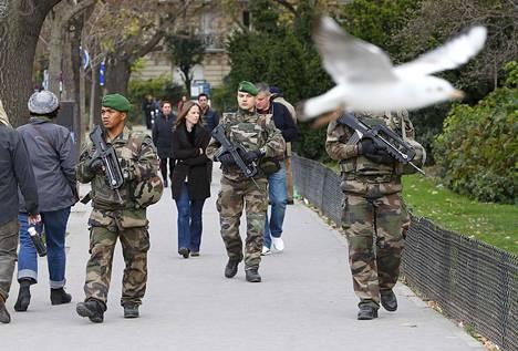 Sotilaat partioivat Pariisin kaduilla lauantaina.