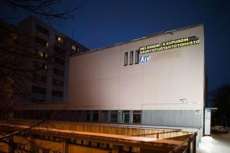 Helsingin asuntotuotantotoimiston johtaja on vuosia kiusannut alaisiaan. Toimisto on pian muuttamassa pois Itä-Pasilassa sijaitsevista tiloistaan.