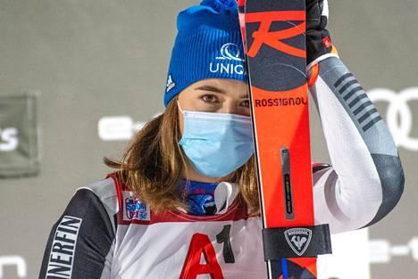 Petra Vlhová johti maailmancupin suurpujottelukisaa Semmeringissä avauslaskun jälkeen. Kuva marraskuulta.