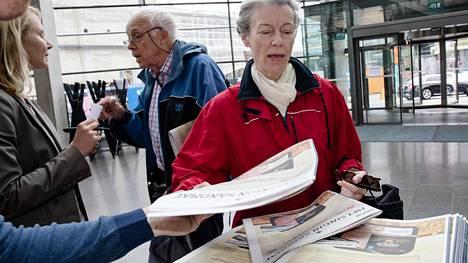 Terttu Sarén haki oman lehtensä Sanomatalon jakelupisteestä torstaiaamuna.