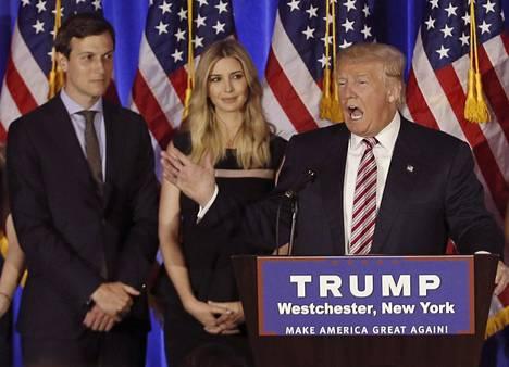 Donald Trump puhui kampanjatilaisuudessaan New Yorkissa viime kesäkuussa. Taustalla seisoivat hänen tyttärensä Ivanka Trump (kesk.) ja tämän aviomies Jared Kushner.