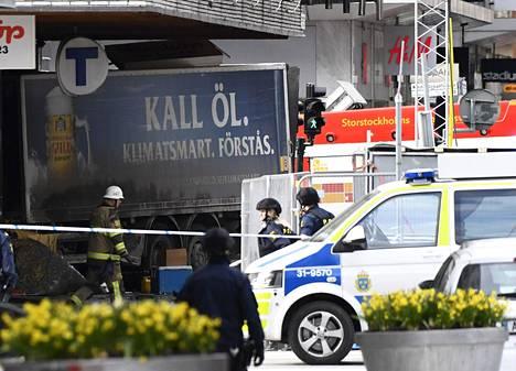Poliisi eristi alueen, kun kuorma-autolla oli isketty Åhlénsin tavarataloon Tukholman keskustassa huhtikuussa 2017.