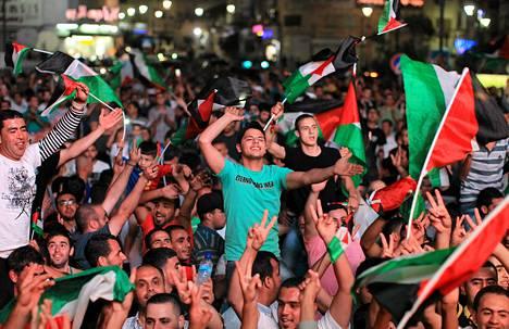 Palestiinalaiset juhlivat länsirannalla, kun joukkue selvisi Aasian mestaruusturnaukseen toukokuussa 2014.