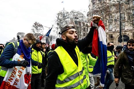 Keltaisiin liiveihin pukeutuneet mielenosoittajat vastustivat muun muassa elinkustannusten nousua Pariisissa lauantaina.