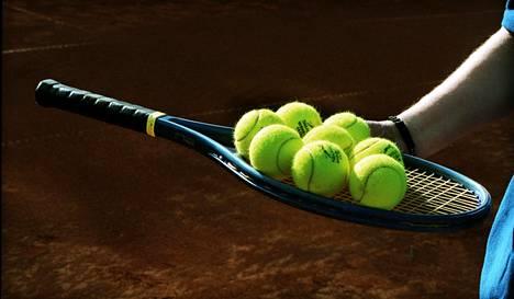 Kansainvälisen tennisliiton johtajan Kris Dentin mukaan vain 500 ammattilaista saa ammattilaiskiertueelta enemmän tuloja kuin heillä menoja on. Ammattilaiskiertueilla on samaan aikaan pelaajia yli 3000.