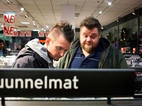 """Mikke Lönnberg (vas.): """"Soitan musiikkia ammatikseni, joten nyt lähtee mukaan levyjä. Green Dayta ja jotain glamrockia."""" Marco Fredriksson: """"Alennusmyynneissä on hermoja rassaavaa, ikinä en käy. Nyt olimme syömässä ja poikkesimme nopeasti tässä. Backyard Babiesin levyn ostan."""""""