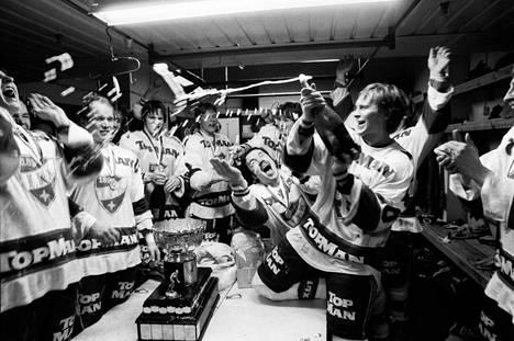 Keväällä 1983 HIFK:n kopissa juhlittiin mestaruutta. Hagman kylvetti joukkueen samppanjalla.