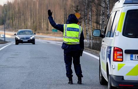 Uudenmaan eristäminen muusta Suomesta on historiallinen toimi koronavirusepidemian leviämisen estämiseksi. Kuvassa tiesulku Hämeenlinnanväylällä lauantaina 28. maaliskuuta.