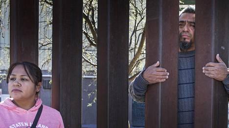 Armando Lopez karkotettiin kaksi kuukautta sitten Meksikon puolelle asuttuaan Yhdysvalloissa vuodesta 1990 lähtien. Guadalupe-vaimo ja Maria Regina -äiti (kuvassa) joutuvat tapaamaan läheistään Nogalesin rajamuurin läpi.