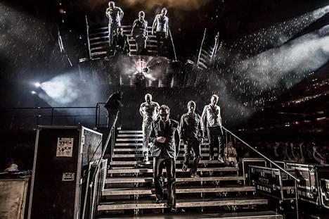U2 esiintymässä Minneapolisissa 360°-kiertueellaan.