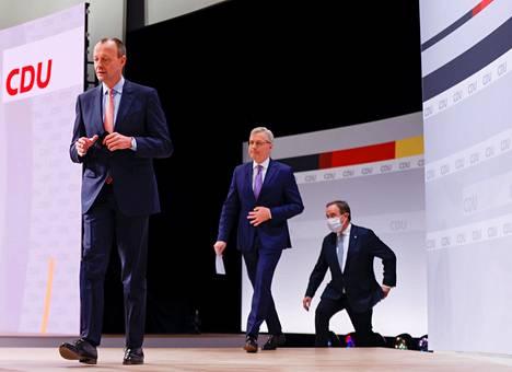 Friedrich Merz, Norbert Röttgen ja Armin Laschet saapuivat lauantaiaamuna puoluekokoukseen, jossa yleisöä ei ollut paikalla