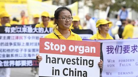 Falun Gongin seuraajat osoittivat mieltä Kiinan harjoittamaa vainoa ja elinryöstöjä vastaan Prahassa viime vuoden syyskuussa.