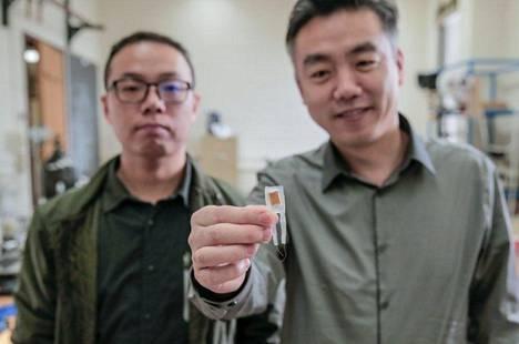 Pieni vatsanärsytin voi auttaa liikalihavuuden hoidossa. Sitä esittelevät tohtoriopiskelija Guang Yao (vasemmalla) ja Xudong Wang.
