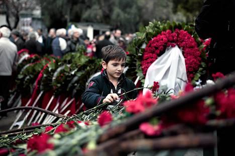 Poika laski sunnuntaina Ateenassa neilikan muistomerkille, joka kunnioittaa Kreikan sotilasjunttaa vastaan vuonna 1973 nousseita opiskelijoita.  Maanantaina tuli kuluneeksi 41 vuotta opiskelijaprotestin väkivaltaisesta tukahduttamisesta.