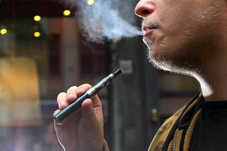 Eurokansanedustajat haluavat, että sähkötupakat luokitellaan tupakaksi ja niiden myyntiä säädellään sen mukaan.