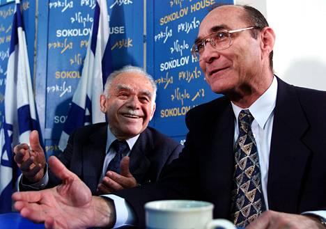 Yitzhak Shamir (vas.) toimi Israelin pääministerinä yhteensä seitsemän vuotta. Kuva on vuodelta 1998.