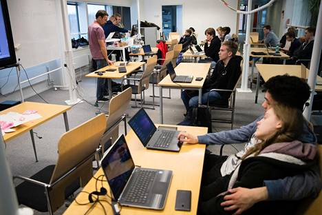 Iltapäivän tekniikkakurssi on Espoon lukioiden yhteinen, vaikka se järjestetäänkin Pohjois-Tapiolan lukion luokassa. Keskellä istuu mustiiin pukeutunut Robin Kvist, josta on mukavaa, että hän on jo lukiossa päässyt tosissaan ohjelmoimaan.
