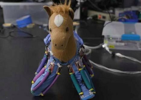 Leikkikalu sai robotti-ihon avulla jalkansa liikkeelle.