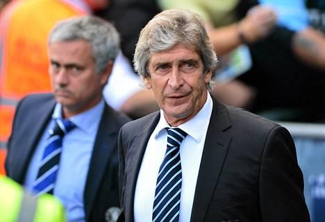 Chelsean Jose Mourinho tuijottti Manuel Pellegrinin taustalla ennen Chelsean ja Manchester Cityn kohtaamista.