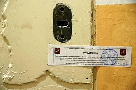 Amnestyn mukaan työntekijät soittivat myös oveen kiinnitetyssä lapussa olleeseen numeroon selvittääkseen asian, mutta numerosta ei vastattu.