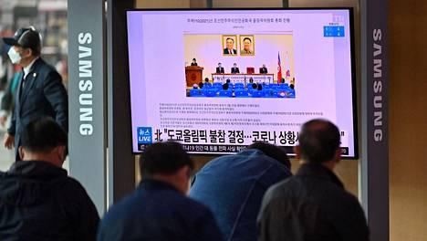 Ihmiset katsoivat Etelä-Korean pääkaupungin Soulin rautatieasemalla televisionäytöltä Pohjois-Korean päätöstä jäädä pois Tokion olympialaisista.