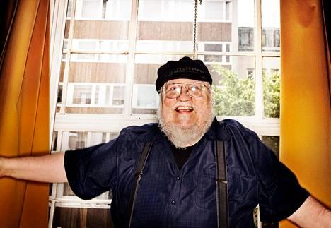 """George R.<span class=""""nbsp"""">&nbsp;</span>R.<span class=""""nbsp"""">&nbsp;</span>Martin kirjoittaa parhaillaan kuudetta osaa Tulen ja jään laulu -kirjasarjaan. Tulen ja jään lauluun perustuva Game of Thrones -tv-sarja on nostanut kirjailijan maailmanmaineeseen."""