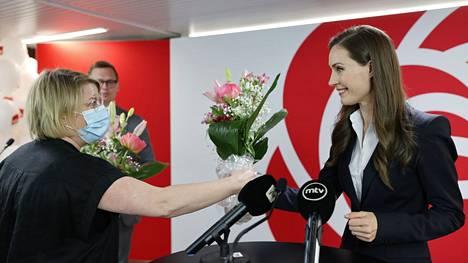 Pääministeri Sanna Marin sai kukkia Sdp:n vaalivalvojaisissa.