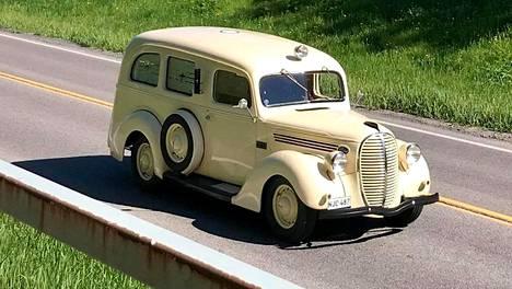 30-luvulta peräisin oleva Fordin harvinainen tavara-auto huristeli Korsossa kesäkuun alussa. Kuva on lukijan ottama.