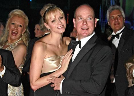 Ruhtinas Albert II ja hänen puolisonsa Charlene tanssivat Monte Carlon Sporting Clubilla Monacossa lauantaina.