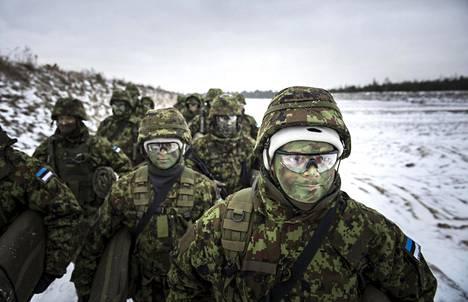 Virolaiset reserviläiset harjoittelivat lauantaina Tallinnan lähellä Männikun kentällä. Tieto harjoituksista yllätti heidät torstaina.